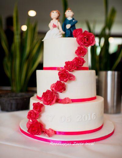 bruidstaart suikerbloemen bruidspaar