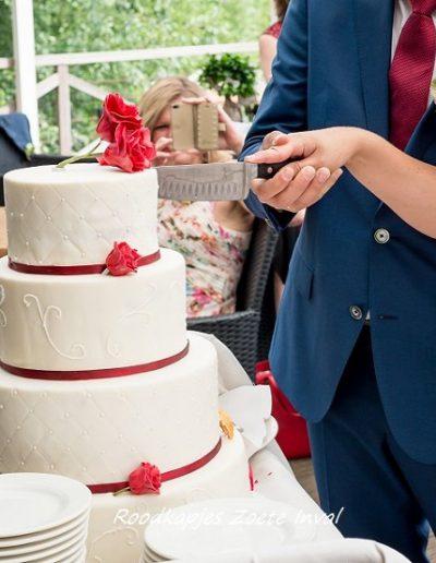 bruidstaart suikerbloemen aansnijden gefotografeerd door bruidsfotograaf Grietje Mesman