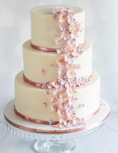 bruidstaart suikerbloemen trouwen