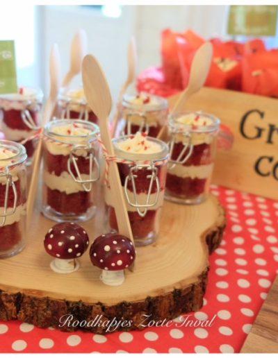 sweet table red velvet cupcakes