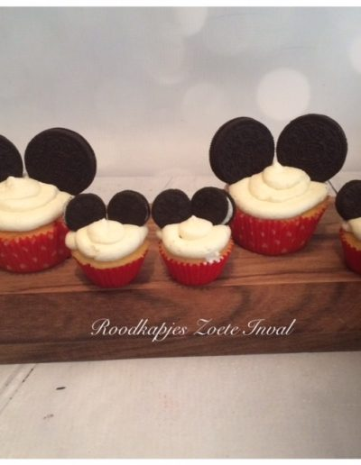cupcakes mickey mouse sweet table